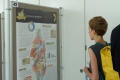 Eine Besucherin studiert das Poster (c) Universität Salzburg (PR)